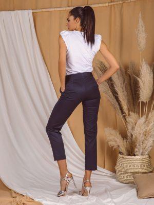 Pantalone 042 Q teget pozadi