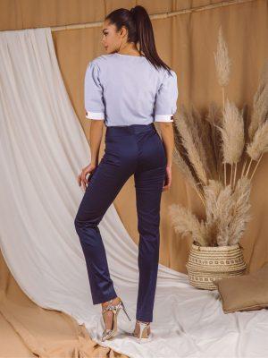 Pantalone 045 Q teget pozadi